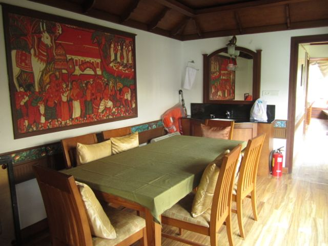 We are travelling in style. This is our dining area on the houseboat.